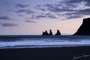 Zwart strand bij Vík í Mýrdal black beach waves golven IJsland Iceland fotografie Andrea Liebrand